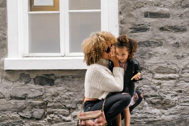 Mães bilíngues incentivam as crianças a falarem inglês desde cedo