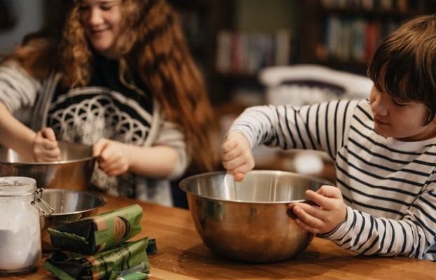 Cozinhar em inglês com os pequenos é bom para o cérebro e para prevenir dores